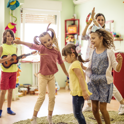 Les statues est un jeu musical que les enfants adorent ! Faîtes-les danser, arrêtez la musique. Ils doivent rester figer comme des statues. Fous rires garantis.