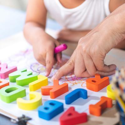Activités, exercices et jeu à imprimer pour apprendre les lettres de l'alphabet. Toutes les activités sur les lettres sont totalement gratuites, elles aideront votre enfant à progresser et à mieux connaître les lettres de l'alphabet, à mieux les écrire et