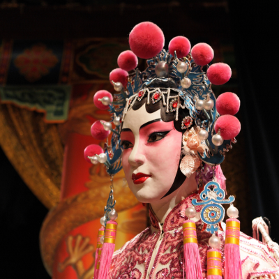 L'opéra chinois, aux origines lointaines, est un art complet, il réunit plusieurs activités artistiques . Cette fiche permet de mieux cerner cet art en apportant des informations sur les origines, les personnages, les maqu
