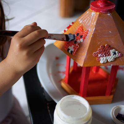 Décorer une mangeoire à oiseaux avec des animaux en perles à repasser