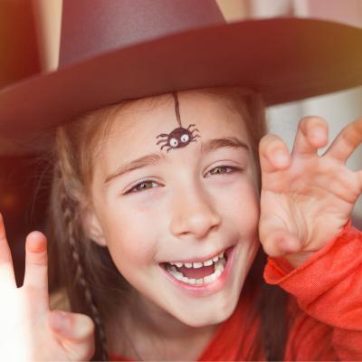 Réalisez ce maquillage d'araignée simple pour enfant grâce à ce pas-à-pas. C'est un maquillage très rapide à réaliser pour un déguisement de sorcière qui ne sort jamais sans son araignée de compagnie !