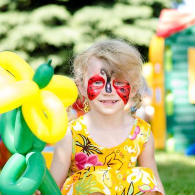 Maquillage de coccinelle tout simple pour amuser et occuper les enfants pour les fêtes d'enfants.   Fiche explicative illustrée de photos pour une réalisation facile.
