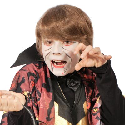 Comment réaliser un maquillage d'Halloween pour avoir une vrai tête de vampire ! Une idée de maquillage de vampire pour déguiser et amuser les enfants. C'est un maquillage parfait pour Halloween !