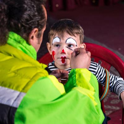 Le maquillage est un moment de complicité très rigolo. Que ce soit pour un anniversaire d&#39&#x3B;enfants, pour Halloween ou pour le Carnaval, les enfan...