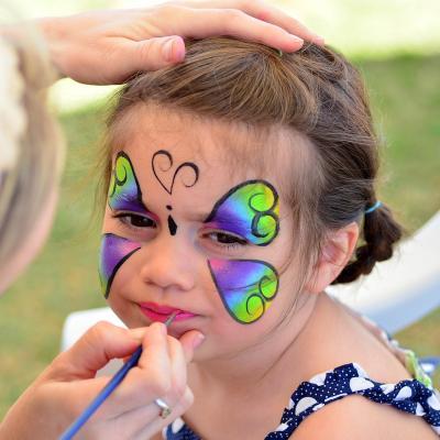 Maquillage de papillon expliqué pour les enfants.   Fiche explicative illustrée de photos pour une réalisation facile. Un maquillage d'enfant : un maquillage de papillon. Une idée de maquillage de papillon expli