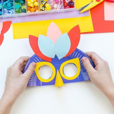 Un masque de Rio à fabriquer à partir d'une assiette. Vos enfants pourront choisir les couleurs de leur masque ainsi que le nombre de plumes afin qu'ils soient les plus beau pour le Carnaval.