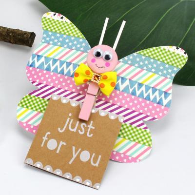 Ce mémo papillon magnétique est un bricolage de printemps qui sera parfait pour fêter l'arrivée du printemps comme pour offrir en cadeau avec un joli mot écrit dessus. Une activité colorée que les enfants vont adorer !