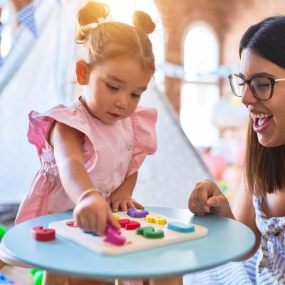 La méthode Montessori est une pédagogie qui prône l'autonomie des enfants dès le plus jeune âge tout en respectant leurs rythmes. Retrouvez toutes nos infos sur cette méthode d'éducation alternative de plus en plus adoptée en France.