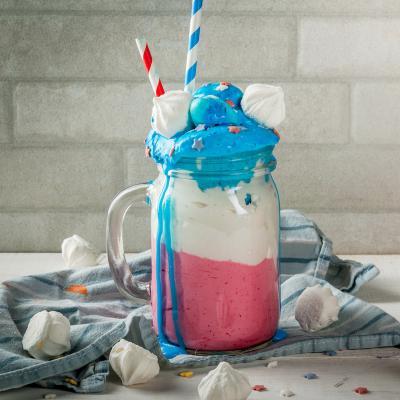 Découvrez la recette du smoothie tricolore bleu blanc rouge pour la Fête nationale le 14 juillet. C'est une recette très simple et qui sera parfaite et rapide à réaliser le 14 juillet.