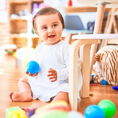 Vous cherchez des infos ou des idées Montessori bébé ? Retrouvez dans ce dossier nos sélections les principaux jeux comme la balle de préhension, le busy board mais aussi des infos sur l'intérêt d'un lit bébé Montessori ou d'un Mobile à contrast