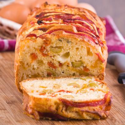 Le cake à la basquaise est une version beaucoup plus ludique du cake salé. Son petit moule en papier et sa version individuelle le rend beaucoup plus séduisant pour les enfants ou pour les apéritifs entre amis