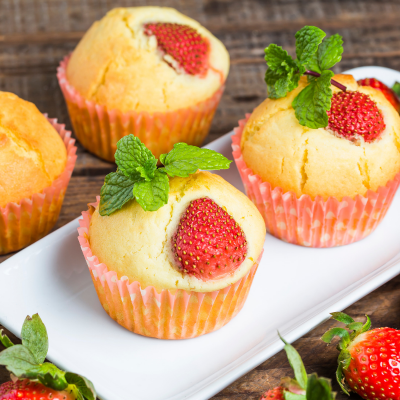 Les muffins sont des petits gâteaux anglais et américains qui se présentent dans un moule en papier. Les muffins sont en fait une sorte de petit cake à déguster à l'heure du thé ou du goûter. Le muffin est un gâteau idéal à faire avec ou pour l