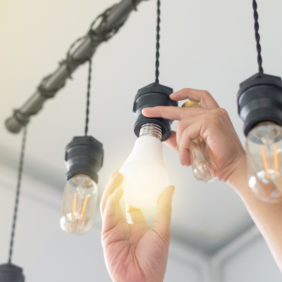 Nettoyer les ampoules est un petit geste qui peut permettre de faire des économies d'énergie. Une ampoule propre ne consomme pas moins d'électricité, mais elle évite d'al
