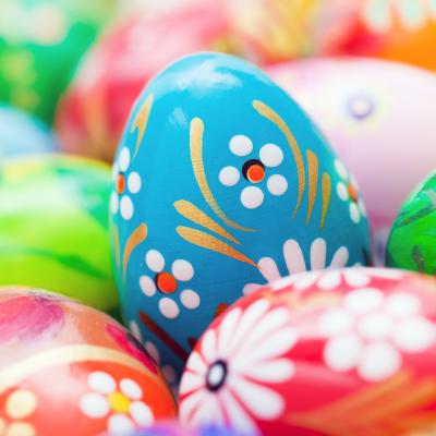 L'oeuf de Pâques est un symbole important du printemps que l'on retrouve partout à l'approche du dimanche de Pâques. Dans ce dossier, retrouvez des idées pour décorer vos œufs. Vous pourrez imprimer un coloriage, réciter un poème, organiser une course ou