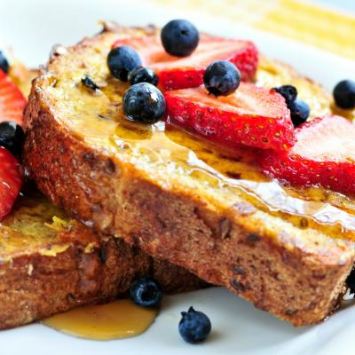 Le pain perdu est un dessert qui s'adapte à toutes les saisons. Et quand arrive le printemps, on ne résiste pas à l'envie de faire une déclinaison de recette avec des fraises. Très rapide à réaliser, économique, le pain perdu est toujours un vrai régal po