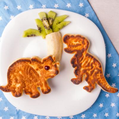 Pancakes dinosaures : découvrez notre recette de pancakes pour faire un petit déjeuner ou un goûter sur le thème des dinosaures.