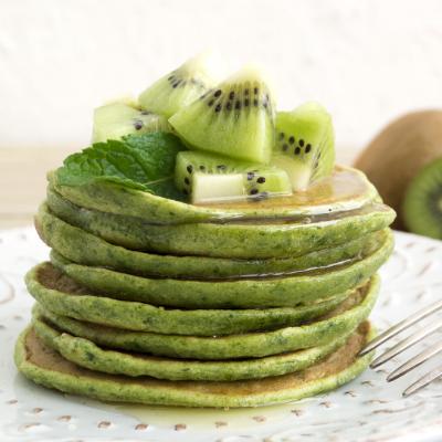 Voici des pancakes verts au miel et au kiwi. Une recette que les enfants vont adorer