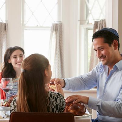 Paques s'écrit au singulier pour désigner la pâque juive contrairement à la fête de Pâques chrétienne qui s'écrit au pluriel. Origine, symboles et traditions, retrouvez des infos et des conseils pour expliquer la paque juive aux enfants.