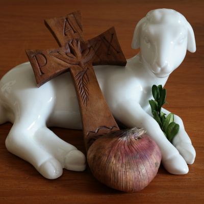 Pâques au pluriel désigne la fête chrétienne. C'est la fête la plus importante du calendrier chrétien qui commémore la résurrection du Chr...