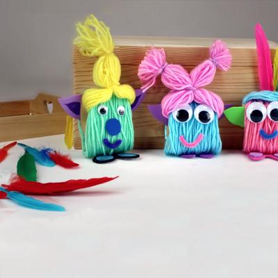 activité de bricolage enfants pour réaliser des petits trolls en laine et en carton