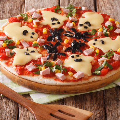 Voici une recette parfaite pour le repas des petits monstres pendant Halloween. Découvrez la recette de la pizza monstrueuse d'Halloween. Des fantômes, des araignées, une pizza parfaite !