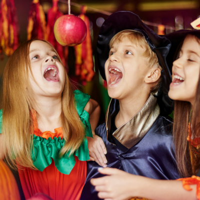 La pomme suspendue aussi appelée pomme à croquer est un très vieux jeu très drôle à mettre en place pendant un goûter ou une soirée à thème. Retrouvez toutes nos infos pour préparer, mettre en place et animer le jeu de la pomme suspendue.