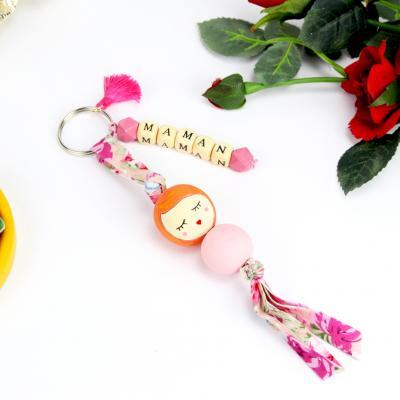 Quoi offrir pour la fête des mères cette année ? Et pourquoi pas ce porte-clés en perles avec les lettres maman ? Ce porte-clés accompagnera la meilleure des mamans partout où elle ira et pourra être personnalisé !