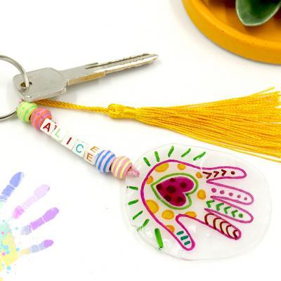Offrir un porte-clés pour la Fête des mères ou des pères est une très bonne idée. C'est une cadeau original, simple et très joli qui fera plaisir à tout le monde. Vous avez trouver l'idée de cadeau parfait !