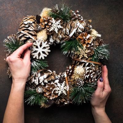 En cette période de Noël, il est de tradition de voir les portes d'entrée des maisons ornées de sublimes couronnes de l'avent soigneusemen...