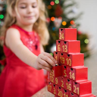 Comme tous les enfants le savent, Noël rime avec calendrier de l'avent. Et quel plaisir de pouvoir à chaque réveil, ouvrir une case en attendan...