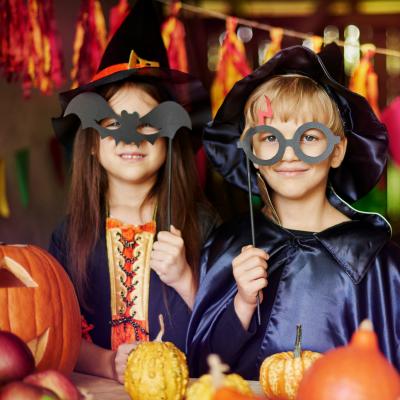 Le déguisement Halloween est une tradition millénaire qui nous vient des Anglo-saxons. Avant la Toussaint, ils célébraient les morts-vivants. Aujourd'hui, la fête a évolué et c'est l'occasion pour nos bambins de s'amuser à se déguiser, de faire peur et de
