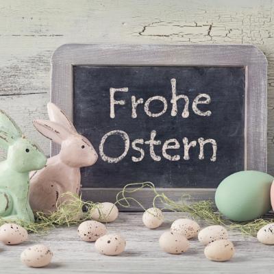 La veille de Pâques en Allemagne, les enfants confectionnent un nid de paille ou de mousse que les parents cachent dans le jardin ou dans la maison afin que le lapin de Pâques y dépose des œufs multicolores. Retrouvez notre dossier sur Pâques dans le mond