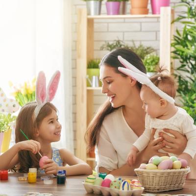 Paques est une fête très populaire en France. Les enfants adorent partir à la chasse aux œufs et les chocolats. Retrouvez toutes les infos sur l'histoire et l'origine de la fête de Pâques mais aussi des activités manuelles comme la décoration des œufs, de