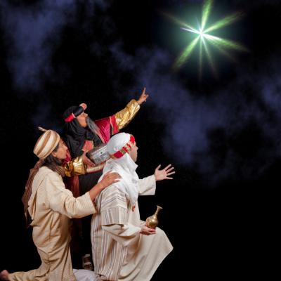 Qui sont les rois mages? Apprendre aux enfants que les rois mages, portant le nom de Gaspard, Melchior et Balthazar, partirent d'Orient en direction de Bethléem dans le but de rendre hommage à l'enfant Jésus en lui apportant de précieux présents.