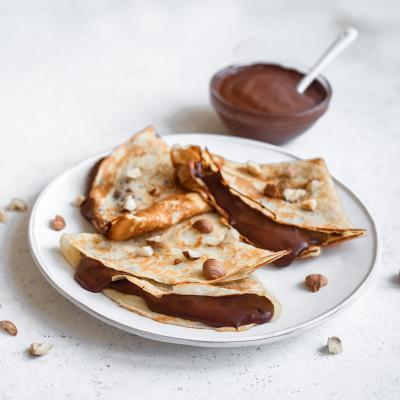 Recette de pâte à crêpes sans farine. Découvrez comment réaliser une pâte à crêpes quand on a pas de farine en la remplaçant par de la Maizena. Une recette délicieuse pour le Carnaval ou la Chandeleur ou pour une soirée crêpes.