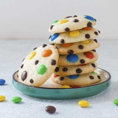 Comment faire des cookies pour le carnaval? Voici la recette qui vous expliquera comment faire de délicieux cookies colorés. Recette parfaite pour le Carnaval.
