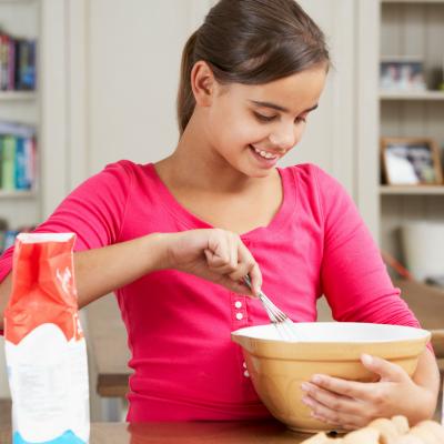 Recette expliquée pour faire du papier mâché à base de farine. Cette pâte est particulièrment adaptée aux jeunes enfants. Fiche pratique expliquant comment faire du papier m&ac