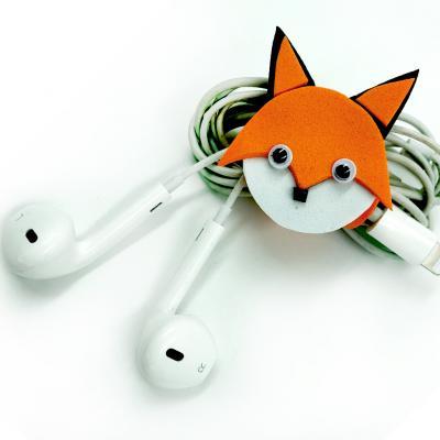 Découvrez comment réaliser un enrouleur de fil très mignon en forme de renard. C'est une activité qui peut être utilisée ou être offerte et qui, en plus d'être très mignonne, est très utile, que demander de plus ?