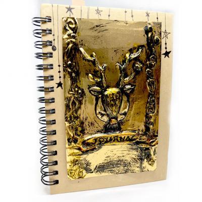 Comment créer une couverture renne en métal à repousser ? Voici comment réaliser cette très belle couverture pour un cadeau de noel DIY personnalisé. Ce bricolage sera parfait à coller sur une carte de Noël comme sur une couverture de carnet.