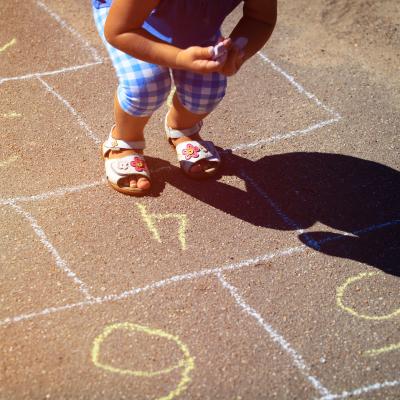 La marelle est un incontournable des cours de récréation. Un jeu d'extérieur facile que les enfants adorent. Voici les règles de la marelle. A vous de faire découvrir le plaisir du jeu de marelle à votre enfant. Comme les règles du jeu varient selon les é