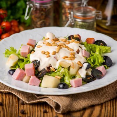 Salade composée au jambon de Paris à faire avec ou pour les enfants. Une recette de salade composée à faire découvrir aux enfants. Recette illustrée de photos