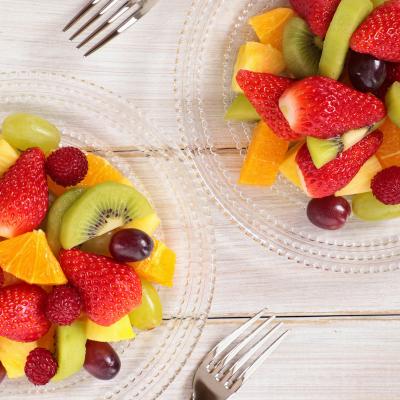 une recette délicieuse de salade de fruits à personnaliser selon les goûts, les envie et la saison. Cette recette est facile à réaliser avec des enfants et permettra de se rafraichir lorsqu'il fera chaud en plein été !