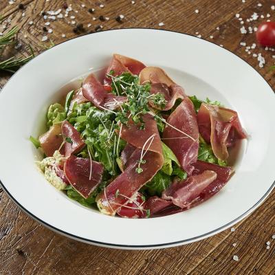 Salade de tagliatelles de courgettes au jambon cru et aux petits coeurs d'artichaut. une salade complète au petit goût d'Italie. Cette salade est un plat principal pour l'été ou le soir. Recette illustr&eacut