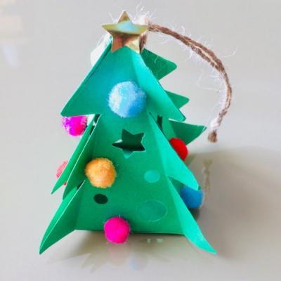 En décoration à suspendre à votre sapin ou sur un arbre de Noël comme celui de Nounou Stephy, ce petit sapin en papier est très facile à r...