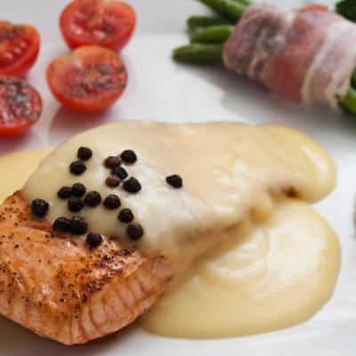 La sauce hollandaise est une sauce au beurre montée au bain-marie. La sauce hollandaise accompagne parfaitement les plats de poisson et les volailles.