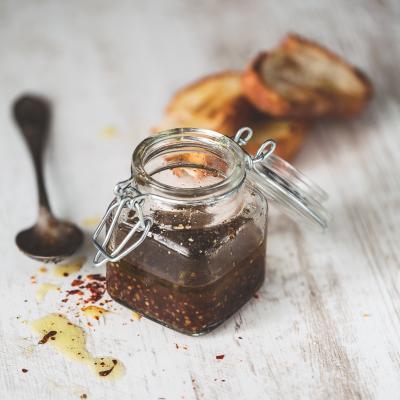 Sauce vinaigrette à la moutarde, une recette plus corsée que la vinaigrette traditionnelle. Une vinaigrette à faire d'avance et à conserver au frigo.