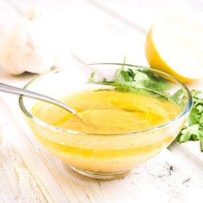 Sauce vinaigrette au au citron et à l'huile d'olive. Une vinaigrette parfaite pour accompagner les salades à base de poisson de fruits de mer ou de crustacés. Une vinaigrette à faire d'avance et à con