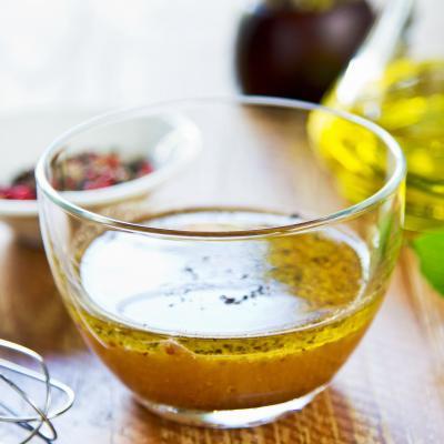 La vinaigrette est la plus simple des sauces. Préparez-la à l'avance et en grande quantité. Il suffit de la mettre dans une petite bouteille en plastique. Elle se conserve très bien au frigo. Cela permet de fair