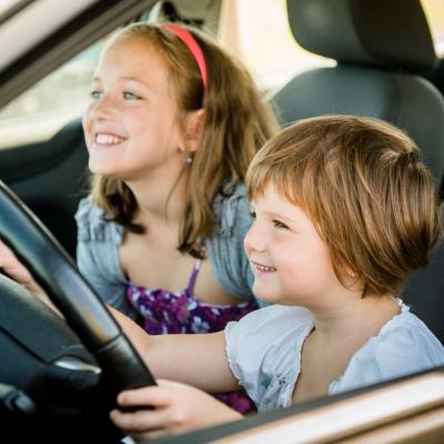 Un jeu tout simple à faire en voiture pour occuper votre enfant. Un jeu qui associe observation et lecture. Demandez tout simplement à votre enfant de trouver les lettres de son prénom et de son nom sur les plaques min&amp