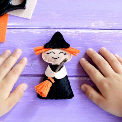 Sorcière Halloween : elle est incontournable à l'approche du 31 octobre ! Retrouvez des tas d'idées d'activités pour bricoler sur le thème de la sorcière d'Halloween avec les enfants.